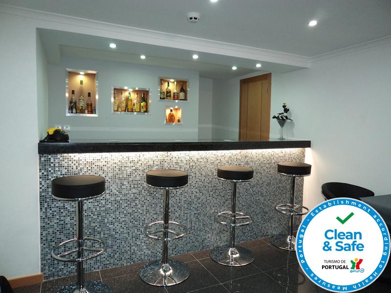 #474355 Europeia Hotel El hotel 800x600 píxeis em Bar Para Sala De Estar Moderno Com Rodas